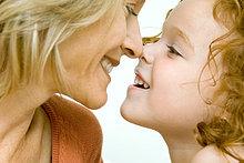 Mutter und Tochter abgeschnitten berühren Nasen und lächelnd an jedem anderen, Ansicht