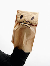 Frau trägt Paper Bag Marionette auf Seite Nahaufnahme-Arm und hand