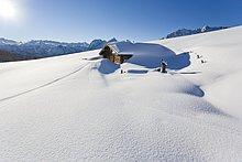 Maschinenbordbuch-Kabine bedeckt mit Schnee auf polar Landschaft, Berchtesgadener Alpen, Bayern, Deutschland
