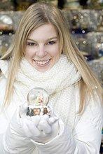 junge Frau,junge Frauen,Portrait,halten,Globus,Schnee