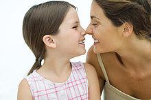 Mutter und Tochter berühren noses, lächelnd auf jede andere, Nahaufnahme