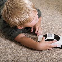 Erhöhte Ansicht eines jungen mit einem Spielzeugauto spielen