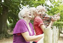 Großmutter, Mutter und Sohn genießen park