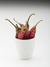 Gesamte getrocknete rote Chilis in einer Tasse