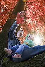 sitzend,Menschlicher Vater,Baum,Laub,Tochter