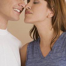 Nahaufnahme eines jungen Paares die Nase reiben