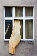 Vorhang, die sich aus Fenster
