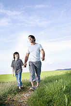 junge Vater und Sohn auf Pfad auf dem Lande