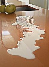 Close up Milch verschüttete auf counter