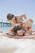 Drei ausgelassene Freunde am Strand