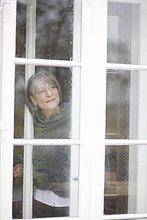 Frau ,Fenster ,hinaussehen ,alt