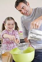 Vater und junge Tochter Kochen zusammen