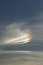 Wolkenlandschaft mit Teilregenbogen