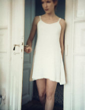Frau im Nachthemd zu Fuß durch die Tür