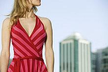 Frau trägt Gestreiftes Halfter Kleid, abgeschnitten