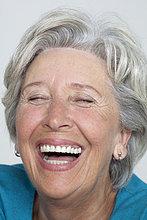 Lachende Seniorin