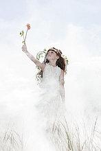 Mädchen gekleidet als Fee mit Blume