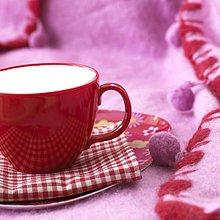Rote Kaffeetasse mit Kuscheldecke