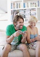 Paar auf einer Couch spielt Videospiel