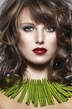 Junge Frau mit einer Kette aus grünen Bohnen,mund