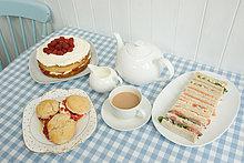 Tee mit Sandwiches und Kuchen