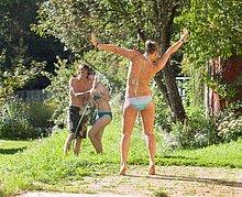 Gartenschlauch,Jugendlicher,Garten,13-14 Jahre,13 bis 14 Jahre,Spaß