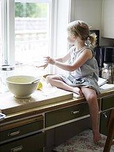 Skandinavien, Schweden, Mädchen essen in Küche zubereiten, Blick aus Fenster