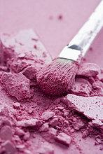 Knitterrosa Lidschatten und Make-up-Pinsel