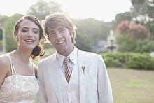 Lächelndes Brautpaar im Freien