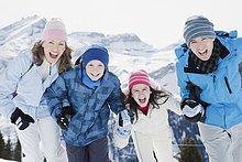 Familie auf winterlichem Berg