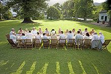 Gäste sitzen an einem Tisch an ein outdoor Rezeption