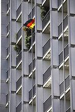 Hausfassade mit Deutschland-Flagge