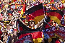 Fans beim Achtelfinale der Fußball WM 2010 auf der Berliner Fanmeile, Berlin, Deutschland, Europa