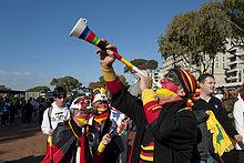 Deutsche Fußballanhänger mit Vuvuzela auf dem Weg ins Stadion, Spiel Deutschland gegen Argentinien, WM 2010, Kapstadt, Südafrika, Afrika