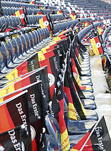 Deutschland-Fahnen an jedem Sitzplatz im Fußballstadion