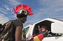 Straßenhändler verkauft Utensilien für die Fußballweltmeisterschaft in Kapstadt, Südafrika, Afrika