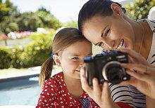 Frau und junges Mädchen Blick in die Digitalkamera