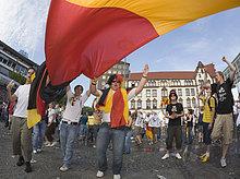 Fußballfans feiern den 2:0-Sieg der deutschen Mannschaft gegen Schweden im Achtelfinale der Fußball-WM 2006 in Dortmund, Nordrhein-Westfalen, Deutschland