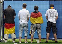 Fußballfans der deutschen Nationalmannschaft verrichten Notdurft, Stuttgart, Baden-Württemberg, Deutschland, Europa