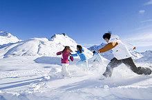 Kinder bei der Schneeballschlacht, Galtür, Tirol, Österreich