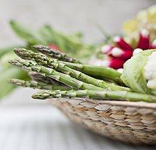 Grüner Spargel in Korb mit Gemüse