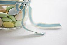 Einmachglas mit pastellfarbenen Süßigkeiten