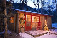 Urlaub dekoriert Hütte im Wald am Abend Kreide Creek Colorado Winter