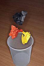 Zerknittertes Papier fällt in Papierkorb, München, Bavaria, Deutschland
