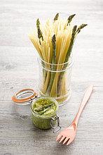 Spaghetti mit Spargel Pesto, Mit Englischsprachigem Rezept Und Teil Eines Pakete