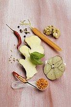Wärmende Gewürze: Chili, Linsen, Ingwer, Knoblauch, Möhre Walnuss, Pfeffer
