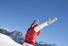 Fröhliche Frau in Winterlandschaft, Tannheimer Tal, Tirol, Österreich