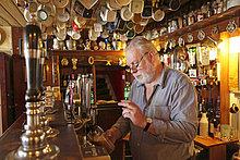 Wirt zapft Bier, Pub Nancy's, Ardara, County Donegal, Irland, Europa