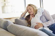 Frau,umarmen,Mittelpunkt,Couch,Tochter,Erwachsener