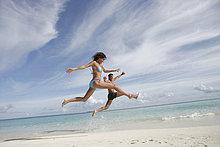 Paar springen im freien